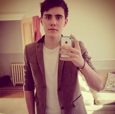 Alfie Deyes IS LIVE ON YOUNOW IF YOU WANT TO SEE HIM AND GIVE HIM HUGS AND TAKE PICTURES AND YA