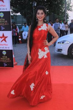 Star Plus honours talented actors every year at the Star Parivaar Awards, and it's no different this time. Stylish Girls Photos, Girl Photos, Indian Girl Bikini, Indian Gowns, Very Long Hair, Beautiful Long Hair, Loose Hairstyles, Indian Beauty Saree, Party Wear Sarees