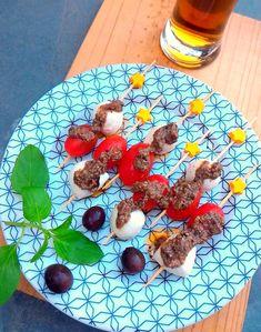 Espetinhos de tomate com muçarela de búfala e pesto negro
