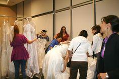 Muy entusiasmadas encontramos a estas novias en la primer carrera de novias,  buscando el vestido ideal. @specialty cleaners.mx