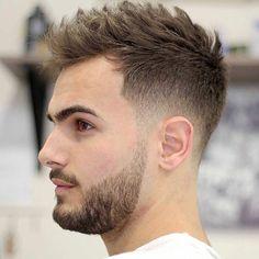 Cheveux courts sur les côtés et mi-longs au dessus de la tête