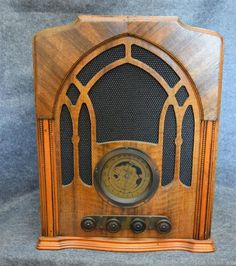 A Pacific Company 7 valve battery dual valve timber cased tombstone radio s