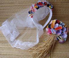 Kit com tiara e buquê , confeccionado com flores de tecidos coloridos.  Buquê com 70 flores , arrematado com palha da costa.  Véu em tule com acabamento em renda.  Comprimento do véu = aprox. 30 cm  Ideal para noivinhas de festa junina.