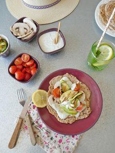 Flatbreads au levain chef, à l'épeautre et petit épeautre.  Crème ultra légère au fromage de chèvre, yaourt de soja  et basilique. Duo de légumes crus et cuits en garniture...