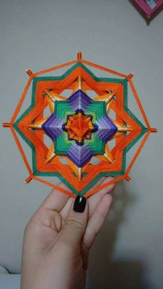 Mandala naranja Yarn Crafts, Diy And Crafts, Arts And Crafts, Loom Weaving, Tapestry Weaving, God's Eye Craft, Gods Eye, Diy Frame, Mandala Art