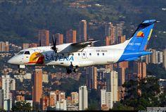 SATENA Dornier 328-120 en final para el Aeropuerto Enrique Olaya Herrera (SKMD) de la ciudad de Medellín, Colombia. Fotografía de Juan Felipe Arango Pérez.