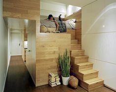 Små leiligheter kan dra nytte av uvanlige løsninger. En liten hems med plass kun til en seng, en tv og en hylle, tilknyttes resten av leiligheten med en liten trapp. Trappetrinnene er egentlig små skuffer, som gjør det mulig å stue unna unødvendig rot.