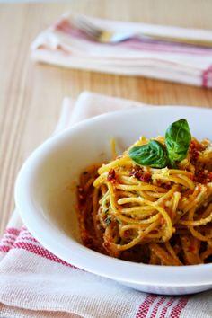 Spaghetti con pesto di mandorle e pomodorini