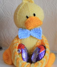 Crochet Toy Patterns Free Knitting Pattern for Ducky Egg Holder - Duck toy cradles chocolate or real eggs in its wings. Beginner Knitting Patterns, Knitting For Beginners, Knitting Projects, Yarn Projects, Knitting Ideas, Easter Toys, Easter Crafts, Easter Projects, Easter Gift