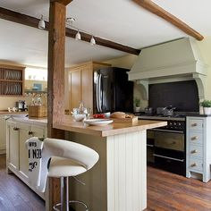 Country kitchen with freestanding units | Kitchen decorating | 25 Beautiful Homes | Housetohome.co.uk