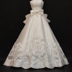 ウェストのリボンが可愛いAラインのゴージャスなドレスです #ウェディングドレス #ウェディングドレスレンタル #ウェディングドレス選び #白 #リボン #サテン #雪の美術館結婚式 #マリーブラッサム #結婚式衣装 #結婚式準備 #wedding #dress #whitedress #white #ribbon #snowcrystalmuseum #bridalfashion #weddingideas #weddinginspiration #dressrental by marryblossom_official