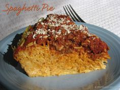 Spaghetti Pie a tasty variation of this classic family-friendly meal. Both kids and adult will rave about this easy recipe. Spaghetti Pie Recipes, Pizza Recipes, Snack Recipes, Dinner Recipes, Cooking Recipes, Spaghetti Casserole, Pie Co, Yummy Treats, Yummy Food