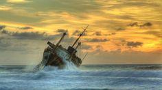 naufrágio do navio nas ondas hdr