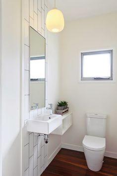 minimalistisches-mini-bad-toilette-waschbecken-holzdielenboden-warme-optik
