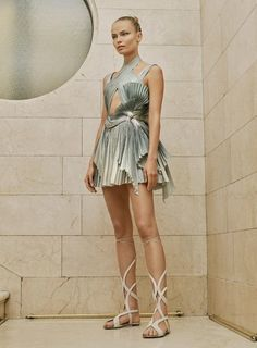 View the full Atelier Versace Spring 2017 couture collection.