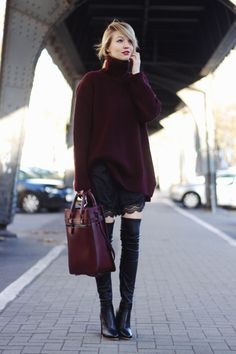 Overknees, burgundy, wide turtleneck and lace
