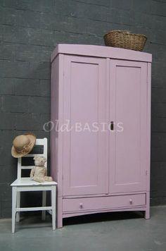 Linnenkast 10077 - Brocante houten linnenkast in een zacht roze kleur. Deze demontabele kast is erg leuk om op een kinderkamer te zetten!