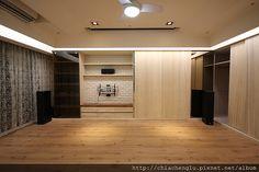 文化石電視牆  環繞部分都是用埋入式的喇叭 客廳的電動布幕