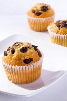 Muffins de Vainilla con Chispas de Chocolate Te enseñamos a cocinar recetas fá-Atıştırmalık tarifler Healthy Cupcake Recipes, Easy Smoothie Recipes, Baking Recipes, Dessert Recipes, Desserts, Chocolate Muffins, Chocolate Cupcakes, Cop Cake, Vanille Muffins