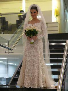 Vestido de noiva com mangas longas e decote discreto - renda elegante