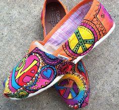 Divertida Enamorada, Alpargatas Pintadas, Colores, Zapatos, Tom Pintado Zapatos, Cosas Pintado, Toms Pintados A Mano, Paz Amor Hippie, Estilo Boho .