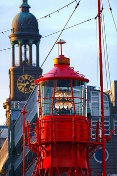#Feuerschiff #Hamburg #Hafen #Elbe #Landungsbrücken #Michel #EuropaPassage #EuropaPassageHamburg #Moin #welovehh #moin #typischhamburch