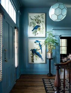 Голубой цвет и элегантная классическая обстановка в холле частного дома