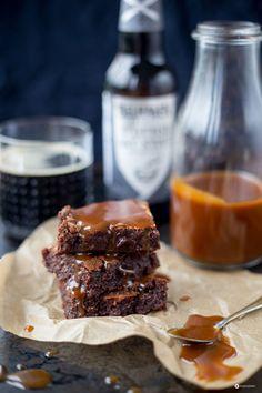 Stout Beer Brownies mit Karamellsoße aus Bake and the City mit Rezension vom Backbuch vom Kuchenbäcker. Rezept für Guinness Brownies mit Karamell!