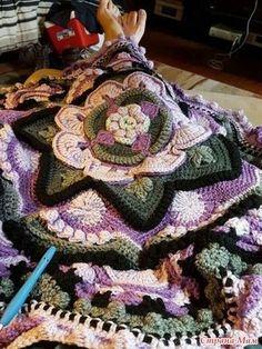 Mandala Madness - Free Pattern on Ravelry . Crochet Home, Crochet Crafts, Crochet Yarn, Crochet Stitches, Crochet Projects, Free Crochet, Diy Crafts, Crochet Mandala Pattern, Crochet Squares