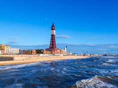 La cousine de la Tour Eiffel🗼 Au nord de l'Angleterre, dans le Lancashire, la ville côtière de Blackpool est l'une des stations balnéaires anglaises les plus célèbres et dispose de nombreuses attractions pour les touristes. La plus emblématique d'entre elles est certainement la tour métallique de Blackpool qui fut bâtie avec des barres de fer rivetées par l'architecte James Maxwell, un grand fan du design de son confrère français, Gustave Eiffel.