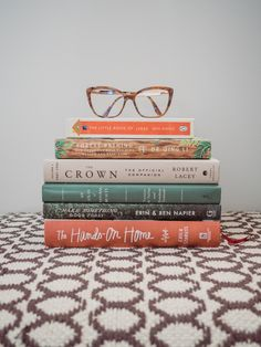 Stack of lifestyle books and reading glasses. I Love Books, Good Books, Books To Read, Book Instagram, Photo Instagram, Book Flatlay, Atelier Photo, Hygge Book, Coffee And Books
