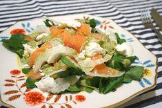 salada de salmão defumado com queijo de cabra e molho de mostarda