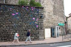 Michael McGillis cria instalações ambientais usando sacos plásticos, arame, cerâmica, tinta e outros materiais. Sua land art tem uma abordagem única e impactante. Clique para conhecer alguns de seu…