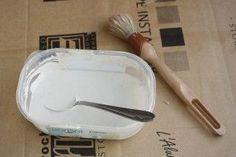 enduit meuble carton recette Pour la recette de l'enduit de notre meuble en carton : - 9 mesures de blanc de meudon, également appelé blanc d'espagne - 6 mesures de colle à bois liquide - 3 mesures d'eau - 1 mesure d'huile de lin. On a mis le blanc de meudon, mélangé petit à petit avec de l'eau. éviter au maximum d'avoir des grumeaux. intégrer la colle, puis rajouter l'huile de lin. On a au final obtenu un espèce de velouté. isobelcreation.fr