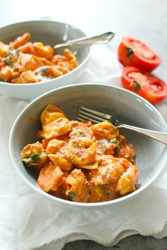 Cheese tortellini tossed in a creamy tomato sauce with plenty of salty Parmesan cheese and wilted baby spinach. Tortellini Sauce Recipes, Red Sauce Pasta Recipe, Pasta Recipes, Cooking Recipes, Creamy Tomato Sauce, Tomato Cream Sauces, Vegetarian Recipes, Healthy Recipes, Healthy Foods