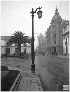 Como era Santiago antiguamente? averigualo aquí. - ElAfter.com Art And Architecture, Plaza, Lost, Santiago, Old Photography, Historical Photos, Antique Photos, Lanterns