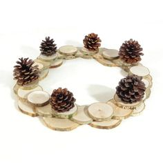 Déco de noël, couronne de noël, centre de table, fait main avec des rondelles de bois et pommes de pin