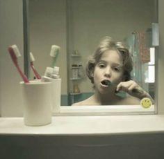 Życie. W skrócie. Le Miroir – Voir sa vie défiler dans le miroir dans un excellent court métrage.