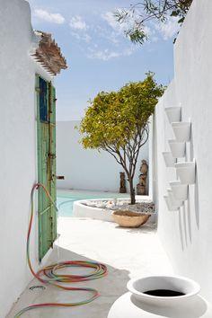 Patio en Villa Mandarina. Casares, Málaga. Decoración de Ana Béjar