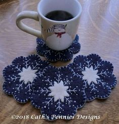 Snowflake Wool Applique Penny Rug Candle Mat & Mug Rugs Pattern 2019 Snowflake Wool Applique Penny Rug Candle Mat & Mug Rugs Pattern The post Snowflake Wool Applique Penny Rug Candle Mat & Mug Rugs Pattern 2019 appeared first on Wool Diy. Penny Rugs, Felted Wool Crafts, Felt Crafts, Penny Rug Patterns, Print Patterns, Wool Applique Patterns, Canvas Patterns, Wool Embroidery, Theme Noel