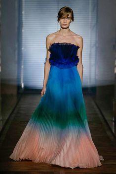 The complete Givenchy Spring 2018 Couture fashion show now on Vogue Runway. Fashion 2018, Runway Fashion, High Fashion, Fashion Show, Fashion Design, Unique Fashion, Fashion Women, Fashion Outfits, Givenchy