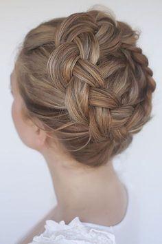 Wie schön! Ein geflochtener Haarkranz! Die perfekte Frisur zur Hochzeit oder zum zünftigen Oktoberfest. Mehr Ideen auf http://www.gofeminin.de/mode-beauty/album1079877/oktoberfest-frisuren-0.html