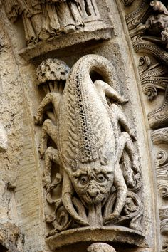 Scorpius -  Cathedral of Chartres, West Facade, Left Portal archivolts c. 1145 Gothic statues of the archivolts with the signs of the Zodiac  par Nick in exsilio