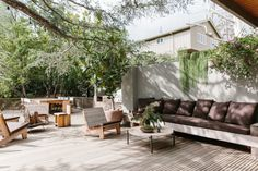 Garden tour of Rudolph Schindler Hollywood Hills home with outdoor living spaces, decks and patios, and built-in seating by designer Pamela Shamshiri. Built In Sofa, Built In Seating, Outdoor Living Rooms, Outdoor Spaces, Outdoor Decor, Decks, Trampoline, Hollywood Hills Homes, Fresco