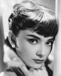 audrey hepburn~thick eyebrows and short bangs. Golden Age Of Hollywood, Vintage Hollywood, Classic Hollywood, Hollywood Star, Style Audrey Hepburn, Audrey Hepburn Eyebrows, Audrey Hepburn Bangs, Mode Rose, Thick Eyebrows