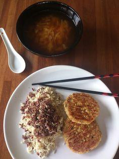 Sopa de miso y col, arroz rojo y basmati con  gomashio y hamburguesas de lenteja roja     La lenteja roja, es una variedad de cocción fáci...