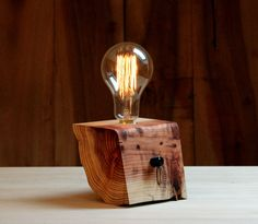 Lámpara de cedro japonés.