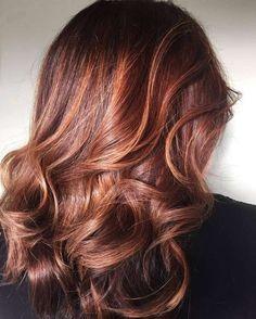 Cette technique de coloration consiste à envelopper les cheveux d'une nuance plus claire, en illuminant uniquement quelques mèches.