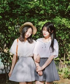 Have you ever thought of Korean fashion or dressing like a Korean celebrity you saw on TV? Or you admire Korean style but you do not know where to start? Korean Fashion Trends, Korea Fashion, Asian Fashion, Daily Fashion, Girl Fashion, Fashion Outfits, Fashion Design, Friends Fashion, Fashion Sets