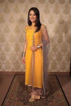 Shivya pathania from Humsafars in yellow dress lukin so pretty. My fav #SaAz #HarshVi